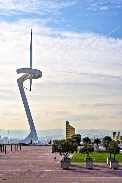 Fernsehturm im olympiastadion park bei sonnenuntergang, barcelona, spanien Premium Fotos