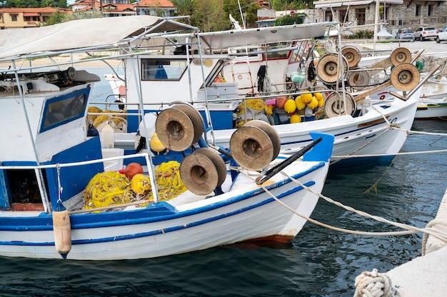 Festgemachte boote mit viel angelzubehör im seehafen, ägäisches meer in ormos panagias, griechenland Kostenlose Fotos