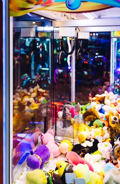 Festhalten des säulengangautomaten mit angefüllten spielwaren Kostenlose Fotos