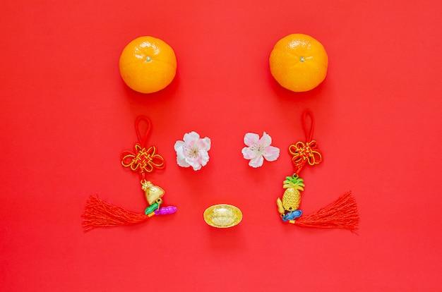 Festivaldekoration des chinesischen neujahrsfests 2020 eingestellt als rattengesicht auf rot. flach lag für das mondjahr. chinesisches schriftzeichen auf der dekoration bedeutet glück Premium Fotos