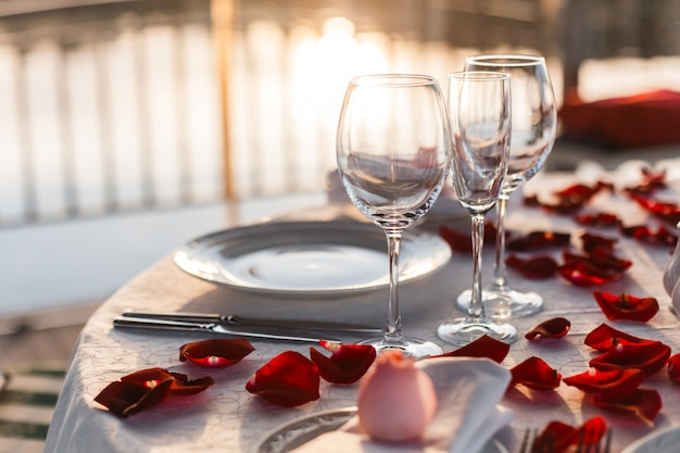 Festlich gedeckter tisch für ein romantisches abendessen für ein paar auf der terrasse am meer Premium Fotos