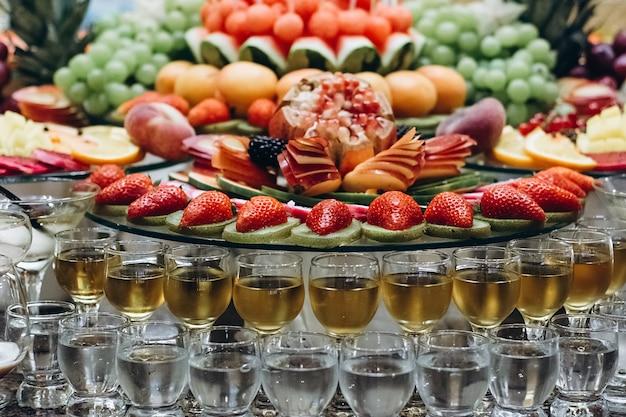 Festlich gedeckter tisch mit kalten exotischen alkoholischen getränken Premium Fotos