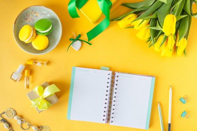 Festliche komposition: schachteln mit geschenken, bändern, blumen, schmuck und notizbuch aus papier, draufsicht mit kopierraum Premium Fotos