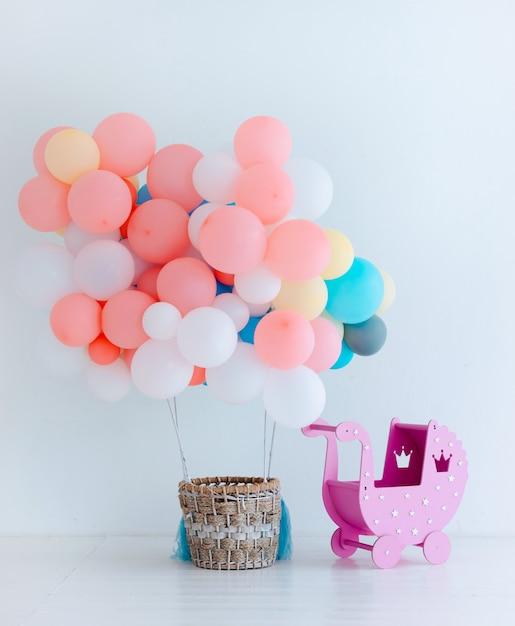 Festliche luftballons mit korb Premium Fotos