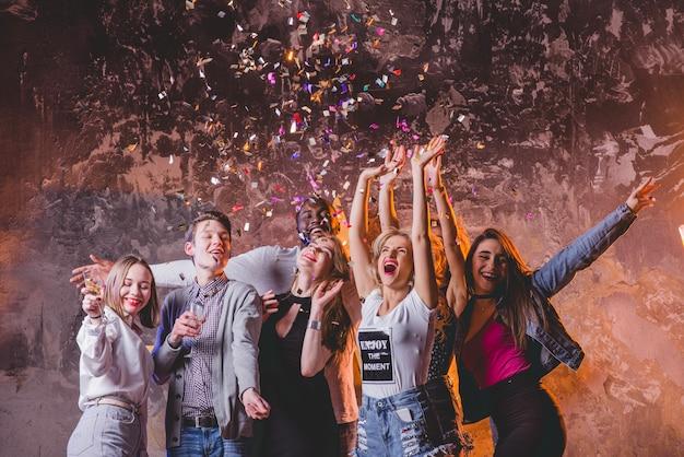 Festliche männer und frauen auf party zusammen Premium Fotos