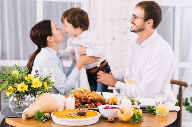 Festliche tabelle mit glücklichen menschen Kostenlose Fotos