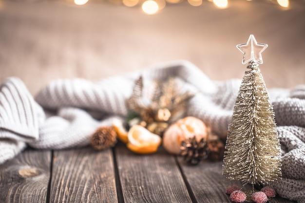 Festliche weihnachts gemütliche atmosphäre mit wohnkultur und mandarinen auf einem hölzernen hintergrund, wohnkomfortkonzept Kostenlose Fotos