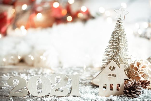 Festlicher abstrakter weihnachtshintergrund mit hölzerner nummer 2021 nahaufnahme und dekordetails. Kostenlose Fotos
