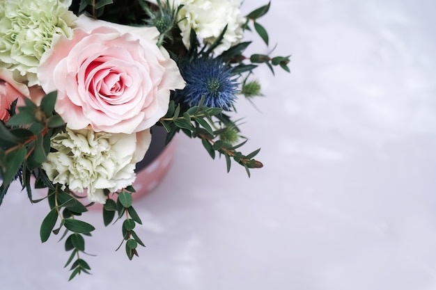 Festlicher blumenstrauß auf grauer marmorwand. herzlichen glückwunsch zum internationalen frauentag. Premium Fotos