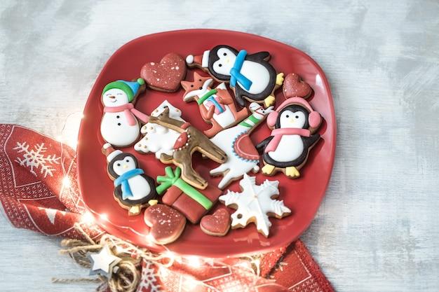 Festlicher neujahrslebkuchen auf einem teller mit dekor. Kostenlose Fotos