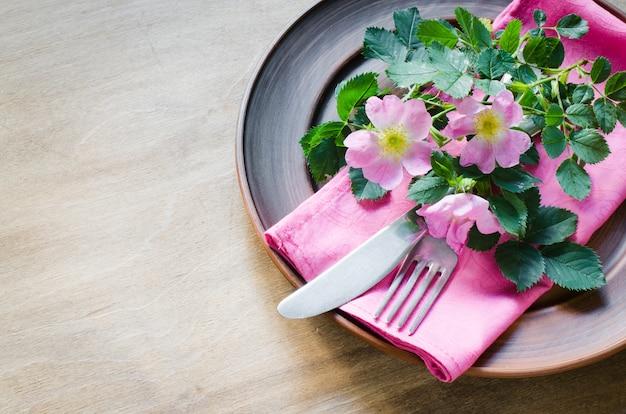 Festliches gedeck mit rosa blumen. Premium Fotos