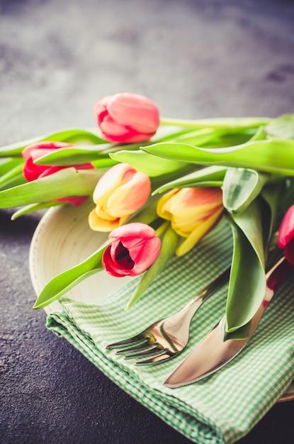 Festliches gedeck mit tulpen zum geburtstag Premium Fotos