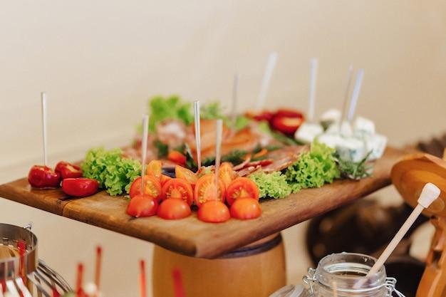 Festliches salzbuffet, fisch, fleisch, pommes frites, käsebällchen und andere spezialitäten für hochzeiten und andere veranstaltungen Premium Fotos
