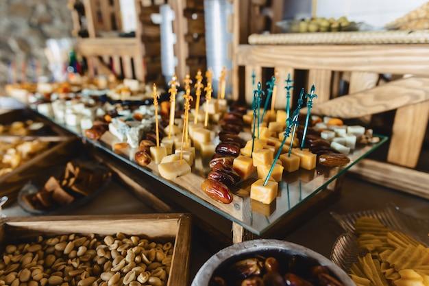 Festliches salzbuffet, fisch, fleisch, pommes, käsebällchen und andere spezialitäten für hochzeiten und andere veranstaltungen Premium Fotos