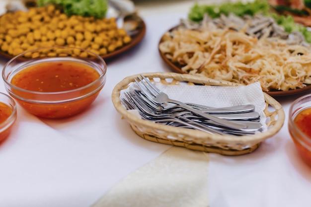 Festliches salzbuffet, fisch, fleisch, pommes, käsebällchen und andere spezialitäten für hochzeiten und andere veranstaltungen Kostenlose Fotos