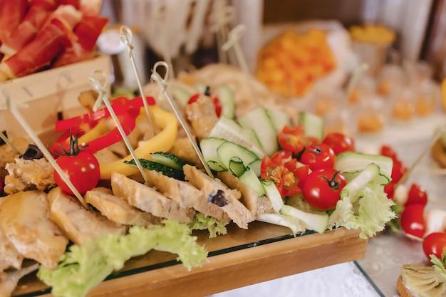 Festliches salzbuffet, fisch, fleisch, pommes, käsebällchen und andere spezialitäten Kostenlose Fotos