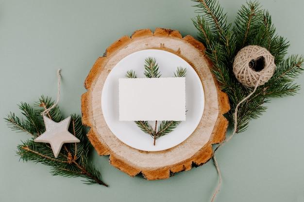 Festliches weihnachtsnatürliches artgedeck mit leerer karte Premium Fotos