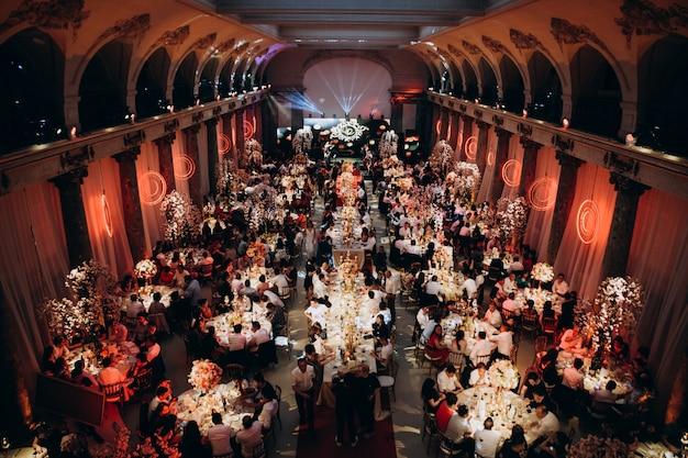 Festsaal mit vielen gästen Kostenlose Fotos