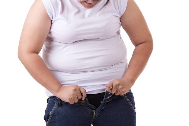 Fette asiatische frau, die versucht, jeans der kleinen größe zu tragen Premium Fotos