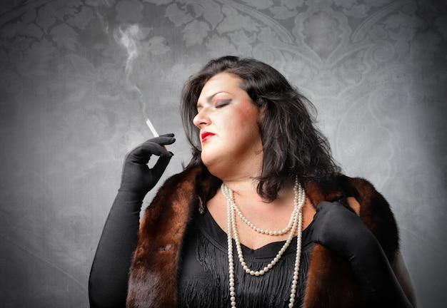 Fette frau rauchen Premium Fotos