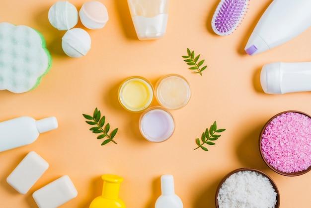 Feuchtigkeitscremesahne mit blättern in der mitte des kosmetikproduktes Kostenlose Fotos