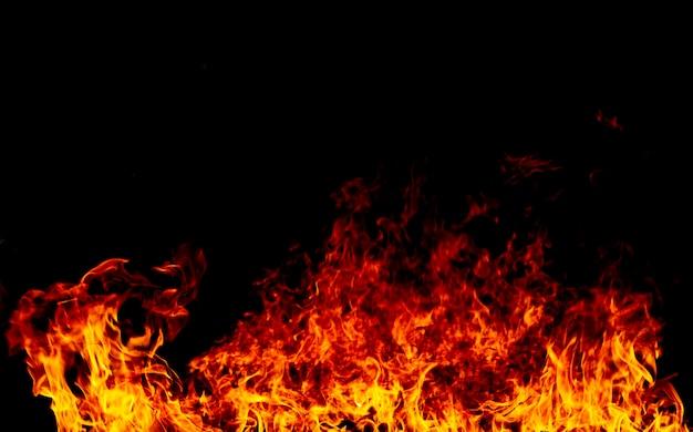 Feuer flammt auf einem schwarzen Premium Fotos