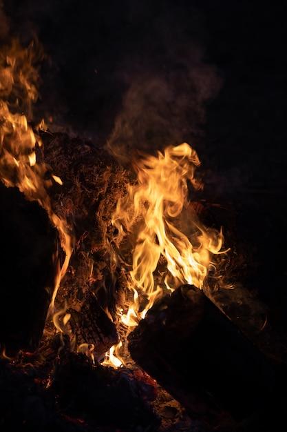 Feuerflammen auf einem schwarzen Premium Fotos