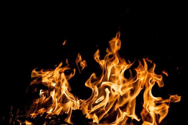 Feuerflammen auf schwarzem hintergrund Kostenlose Fotos