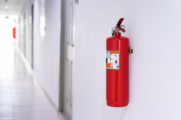 Feuerlöscher an der wand im gebäude Premium Fotos