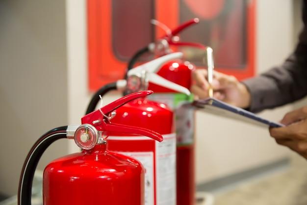 Feuerlöscher, ingenieure überprüfen feuerlöscher. Premium Fotos