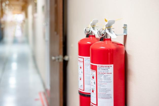 Feuerlöschersystem an der wand Premium Fotos