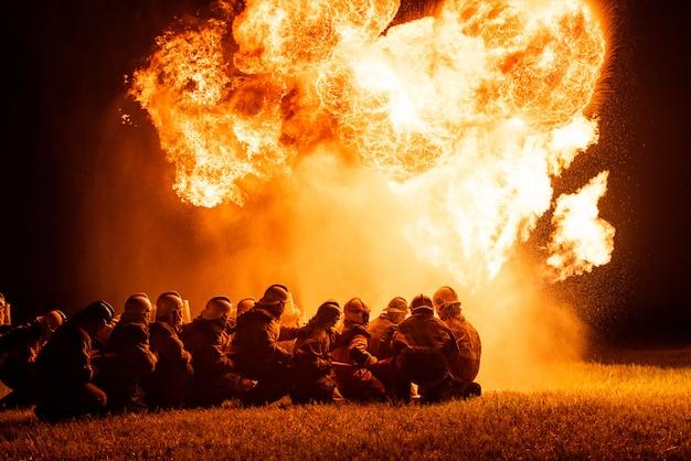 Feuerwehrleute und rettungstraining. Premium Fotos