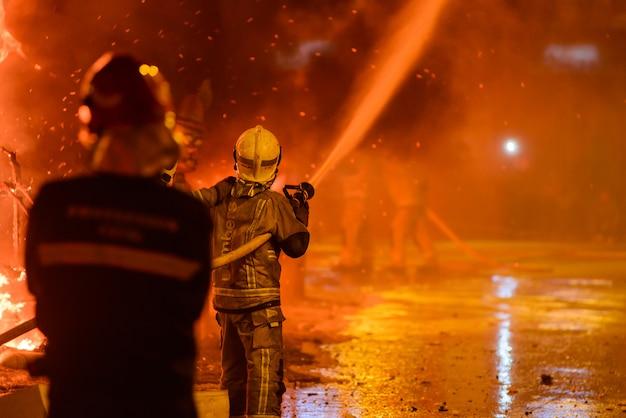 Feuerwehrmänner am traditionellen spanien-festival Premium Fotos