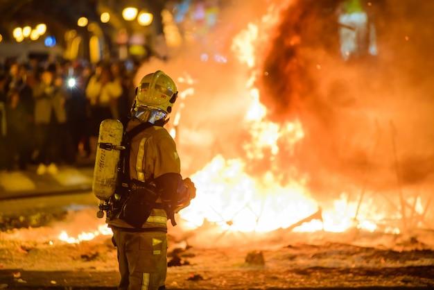 Feuerwehrmänner feuern am traditionellen spanien-festival Premium Fotos