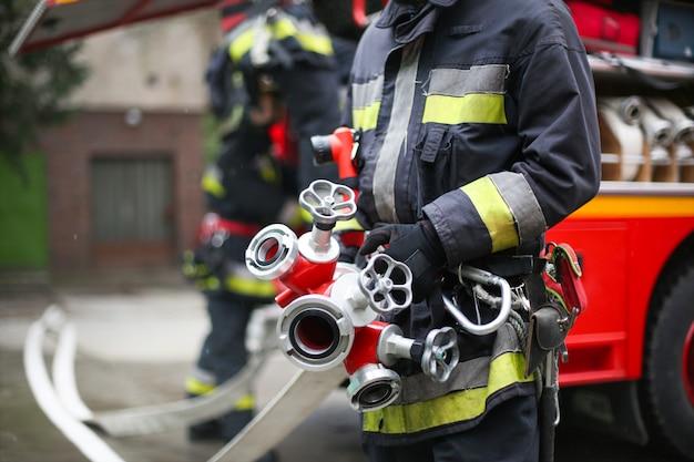 Feuerwehrmann mit rohren Premium Fotos