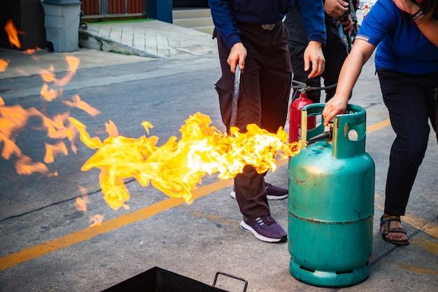 Feuerwehrtraining für mitarbeiter Premium Fotos