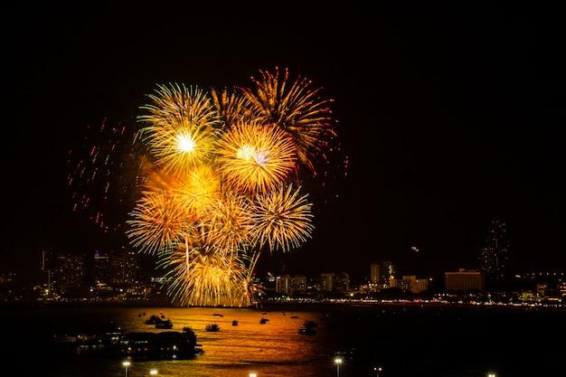 Feuerwerk bunt auf nachtstadt-ansichthintergrund für feierfestival. Premium Fotos