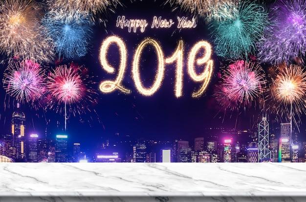 Feuerwerke des guten rutsch ins neue jahr 2019 über stadtbild nachts mit leerer weißer marlbe tabelle Premium Fotos