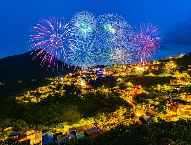 Feuerwerke über alter straßenstadt jiufen nachts, taiwan Premium Fotos