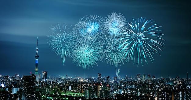 Feuerwerke über tokyo-stadtbild nachts, japan Premium Fotos