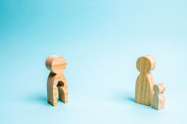 Figur eines mannes mit leerem formular in form eines kindes und eines kindes. Premium Fotos