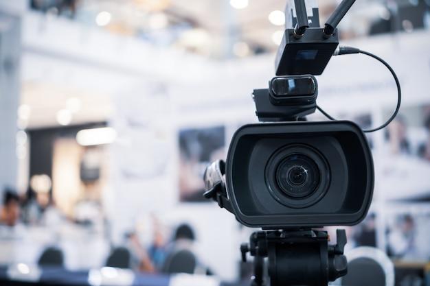 Filmobjektiv der videokamera-aufnahme filmaufnahme der eröffnung im konferenzsaal live streming Premium Fotos