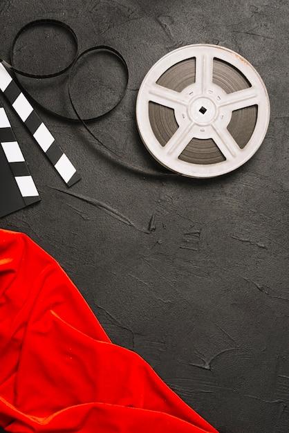 Filmrolle nahe rotem tuch Kostenlose Fotos