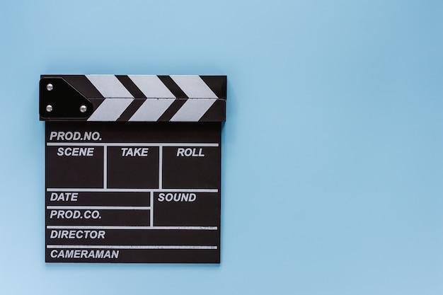Filmscharnierventilbrett auf blauem hintergrund für das filmen der ausrüstung Premium Fotos