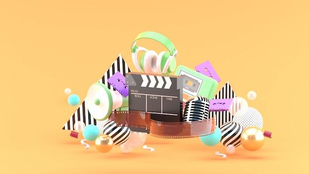 Filmstreifen- und klöppelfilme und unterhaltung auf orangefarbenem raum Premium Fotos