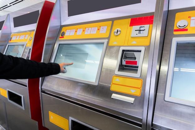 Finanz-, geld-, bank- und leutekonzept - nah oben von der hand, die pin-code an der atm-maschine eingibt Premium Fotos