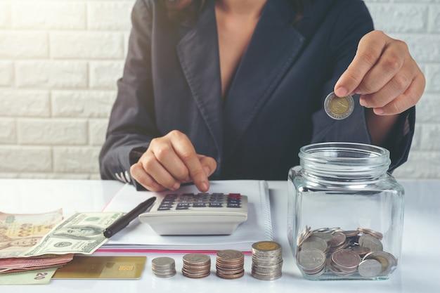 Finanz- und rechnungslegungskonzept. geschäftsfrau, die am schreibtisch arbeitet Kostenlose Fotos