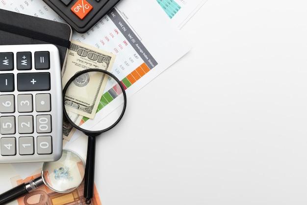 Finanzbuchhaltung des schreibtischbürogeschäfts berechnen Premium Fotos