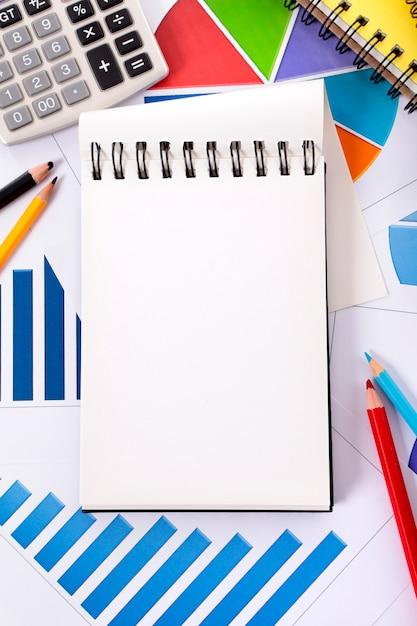 Finanzielle hintergrund mit notebook Kostenlose Fotos