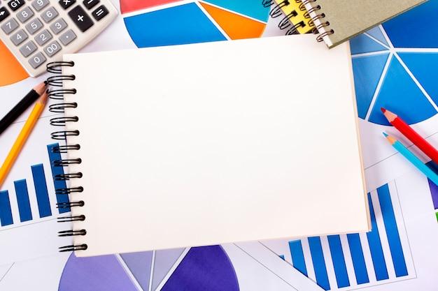Finanzielle hintergrund mit spirale notebook Kostenlose Fotos